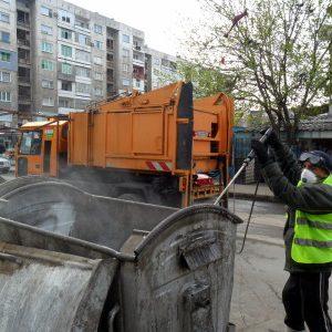 Дезинфекцията на съдовете за отпадък продължава по график