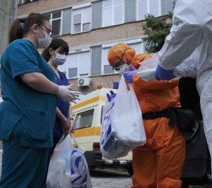 Десетки доброволци помагат на най-застрашените от епидемията