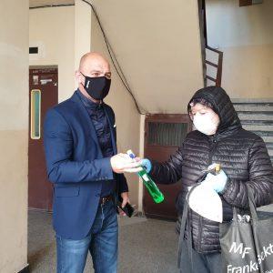 """Костадин Димитров раздава дезинфектанти на жилищните блокове в """"Тракия"""""""