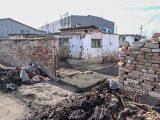 Незаконната постройка на самонастанилите се роми в село Кадиево до сладкарския цех е опасна