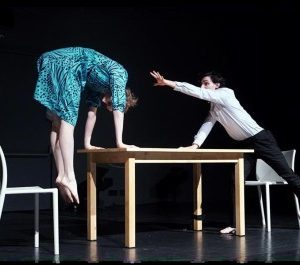 """""""Черната кутия"""": Холандски хореографи оживяват серия от фотографии в жив фотоалбум"""