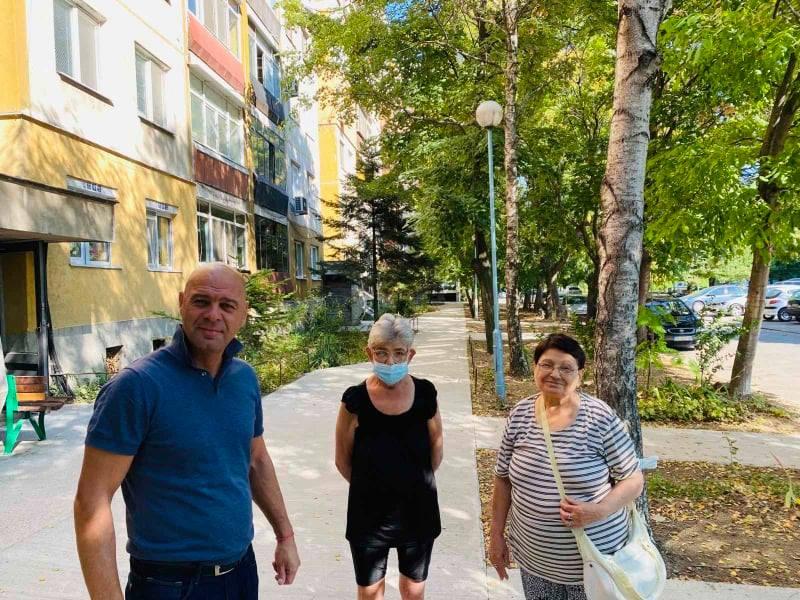 """Нови бетонови тротоари смениха старите плочки пред блок в """"Тракия"""""""